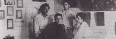 Выставка Трех. Витебск, 1921 Сидят: М. Кунин, А. Каганова; стоят Лев Зевин (слева), Э. Волхонский